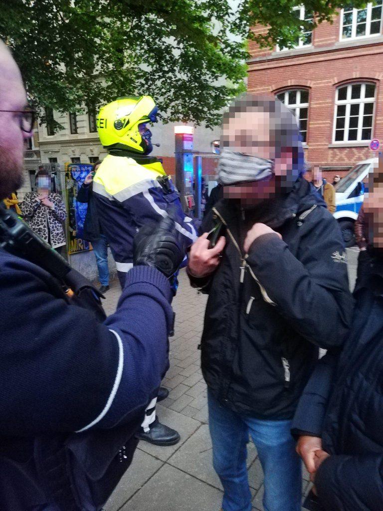 Einsatzleiter Patrick Gröteke droht dem Anwalt mit Ingewahrsamnahme